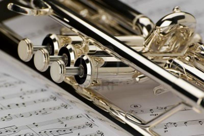 1585657 tromba su note musicali come sfondo vicino
